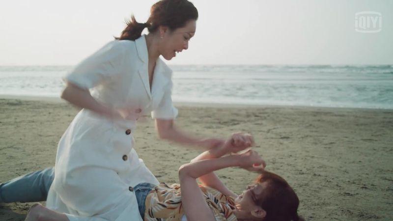 ▲大表姊洪育萱被陳嘉玲一句「妳有時候很欠揍」戳中痛點,兩人在沙灘扭打起來。(圖/翻攝愛奇藝國際站)