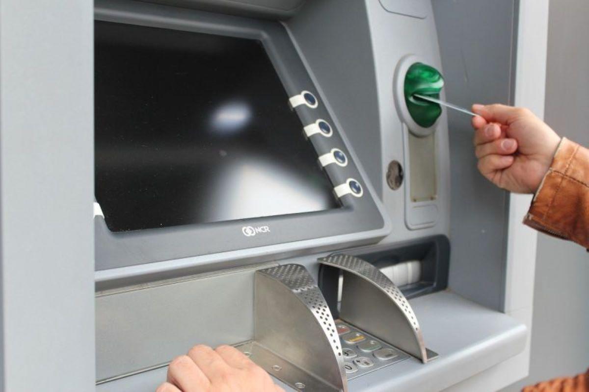 ▲有網友到ATM前存款時,意外發現戶頭多了7億多元。(示意圖,圖中人物與本文無關/翻攝Pixabay)