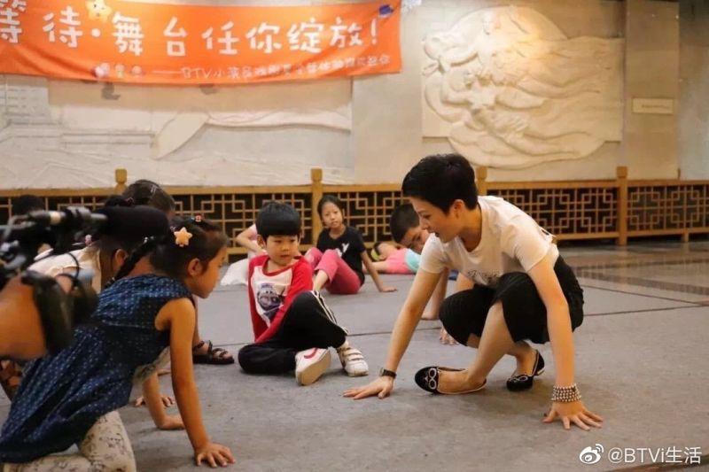 ▲金銘(右)成立劇團教表演。(圖/翻攝微博)