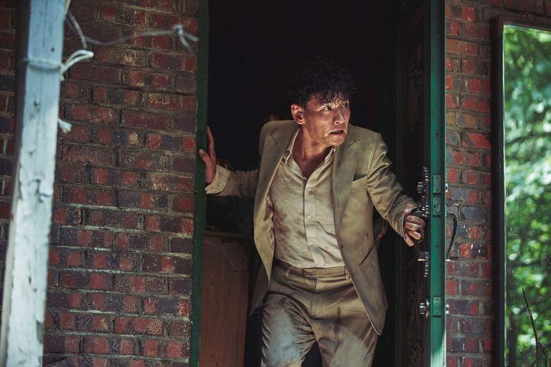 ▲《綁架影帝黃晸珉》由黃晸珉扮演自己,讓他不斷苦惱該如何詮釋「電影」與「真實」的自己。(圖/車庫娛樂提供)