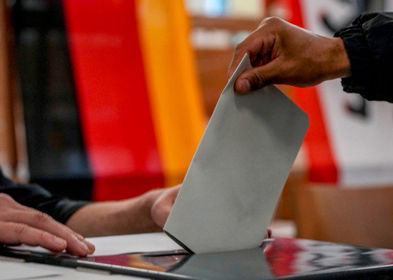▲德國聯邦議院選舉26日開始投票,總理梅克爾的保守派和中間偏左的社會民主黨,爭奪梅克爾步下政壇後的總理大位。(圖/美聯社/達志影像)
