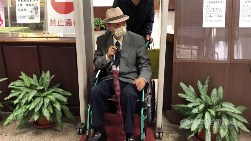 ▲馮滬祥(前)生前不少爭議,被控性侵且判刑定讞。圖為去年馮滬祥坐著輪椅出庭。(中央社檔案照片)