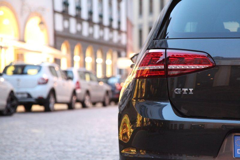 ▲近日有男網友透露,他在路上撞見一輛黑色轎車停在路邊停車格內,但仔細一看發現,這位車主的停車技術相當奇葩,讓他不禁直呼「停車技術也太好了吧...」(示意圖/取自pixabay)