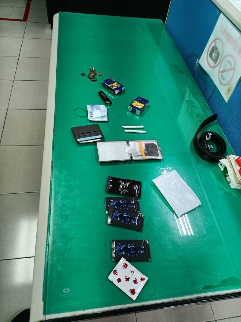 ▲警方查獲毒品咖啡包、K盤、K菸等物。(圖/翻攝畫面)