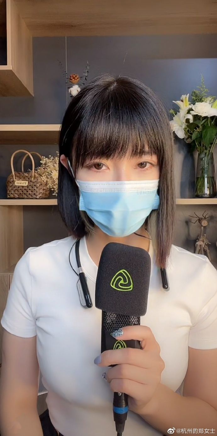 ▲鄭女士開直播仍以口罩遮臉。(圖/杭州的鄭女士微博)