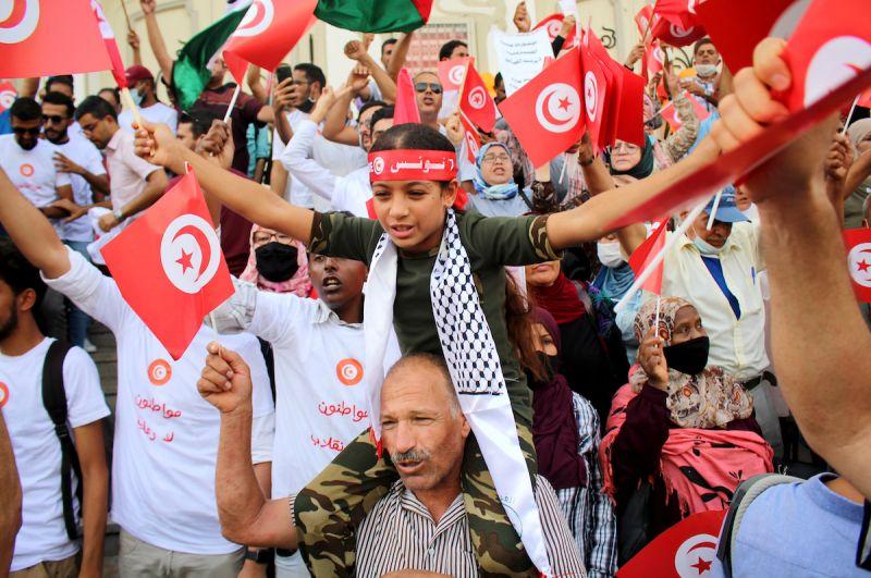 ▲突尼西亞首都突尼斯街頭今天聚集約2000人抗議總統薩伊德擴張權力。(圖/美聯社/達志影像)