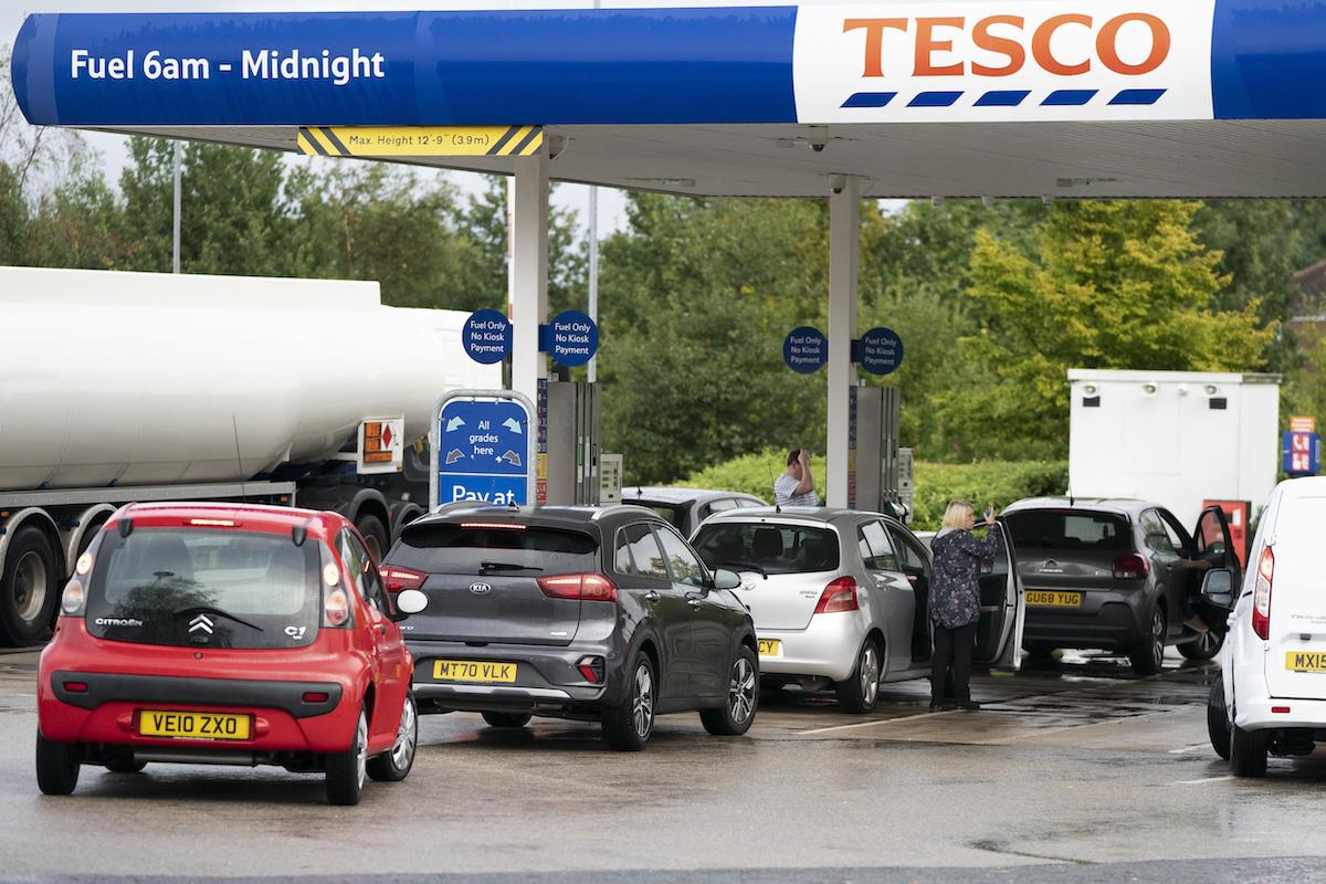 ▲疲憊的英國軍人今天開著油罐車送汽油,以緩解因為缺少司機引發的「加油之亂」,政府也拿出5000張簽證徵求歐洲司機。英國首相強生則堅稱英國並沒有陷入危機。(圖/美聯社/達志影像)
