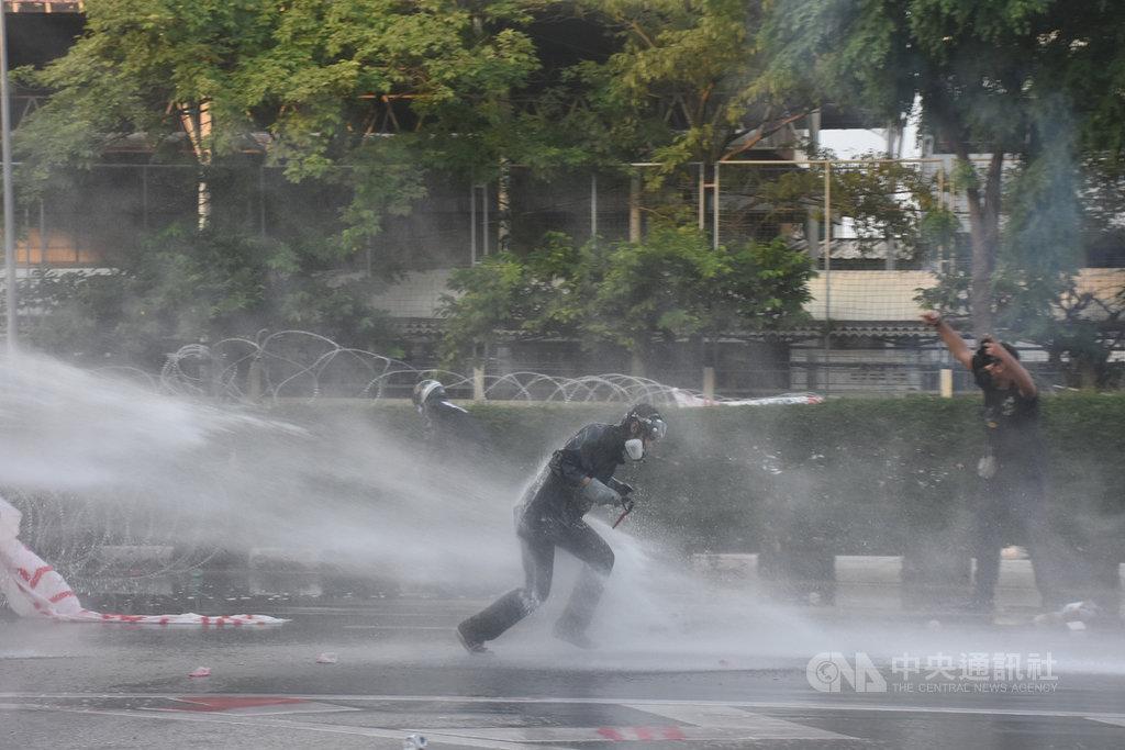 ▲泰國反政府示威人士28日在靠近總理府的楠稜路口(Nang Leong Junction)遭到警方以水砲車驅離。中央社記者呂欣憓曼谷攝 110年9月28日