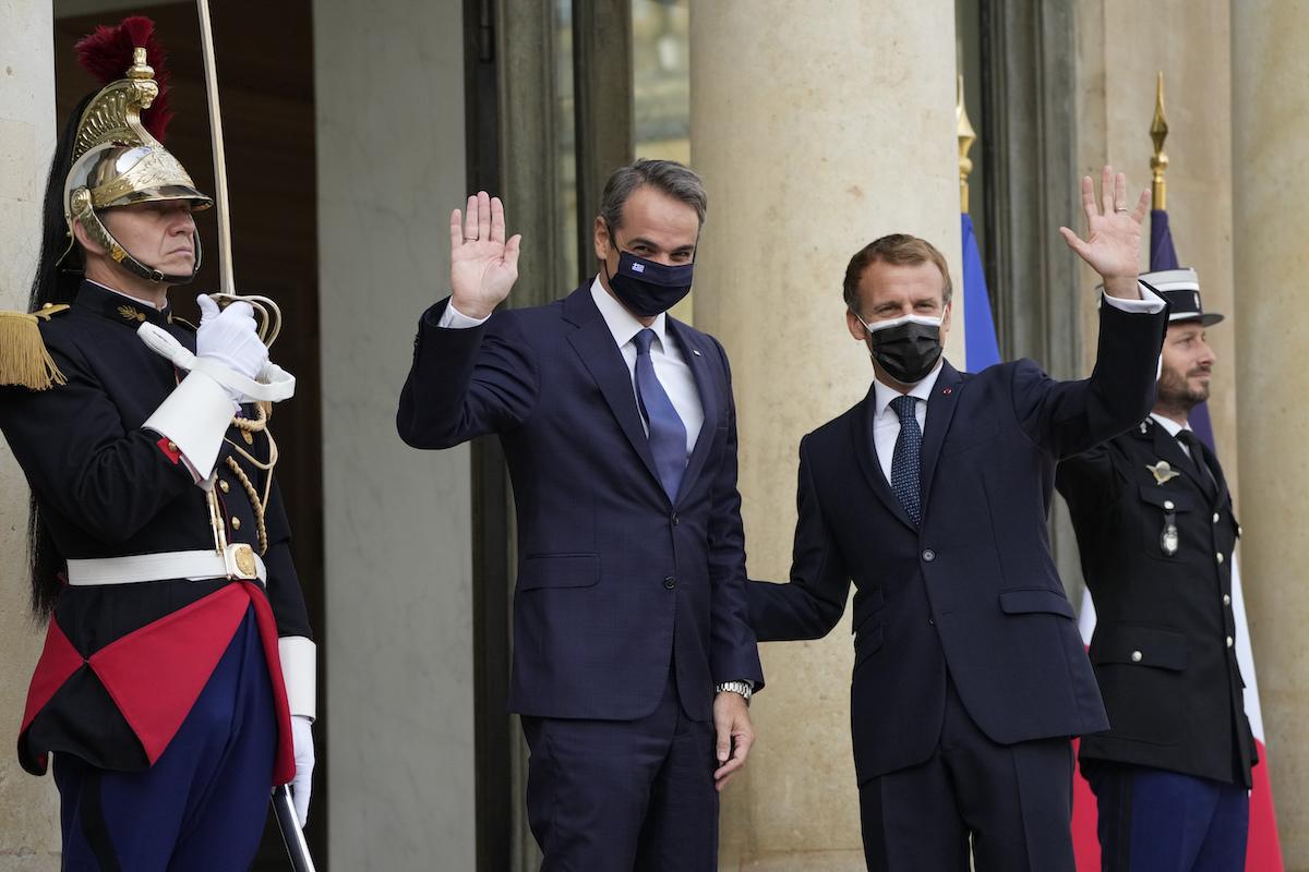 ▲法國總統馬克宏與希臘總理米佐塔基斯簽署軍售協議,法國將向希臘出售3艘巡防艦,價值上看30億歐元(約35.1億美元)。(圖/美聯社/達志影像)