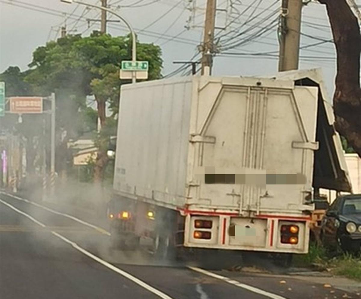 ▲廢棄物清運車酸氣逸散。(圖/翻攝畫面)
