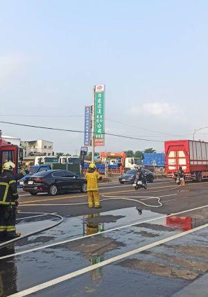 ▲消防人員到場協助控制污染逸散。(圖/翻攝畫面)