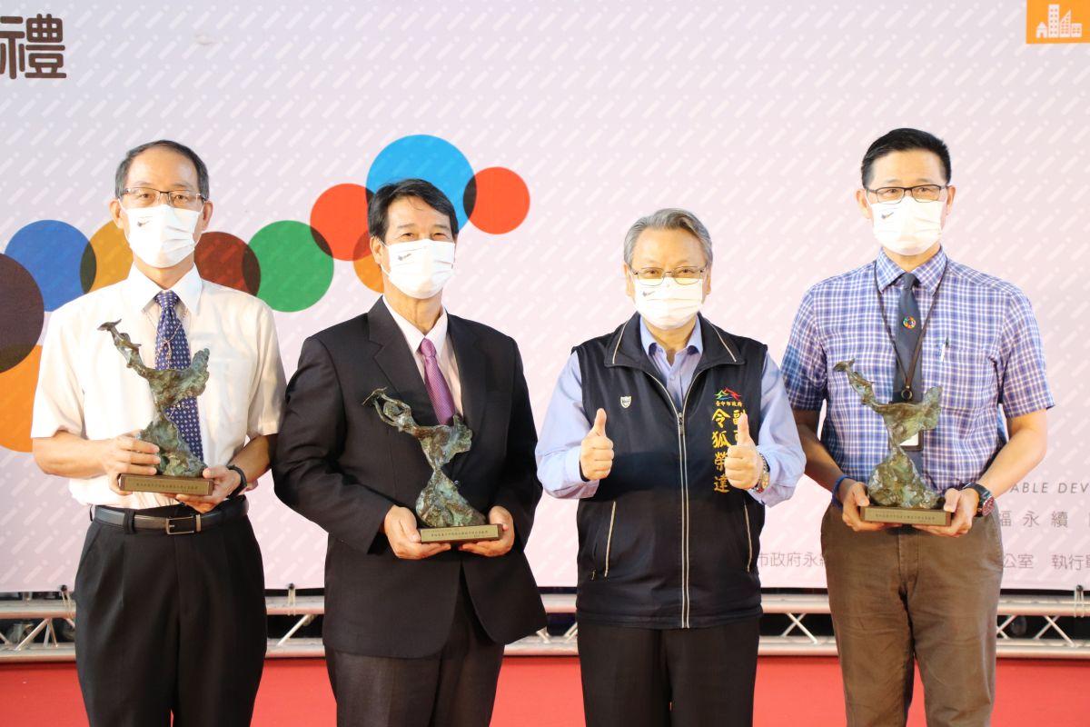 ▲台中市副市長令狐榮達今頒發傑出貢獻獎表揚18個團體及個人推動節能減碳績效優異。(圖/市府提供)