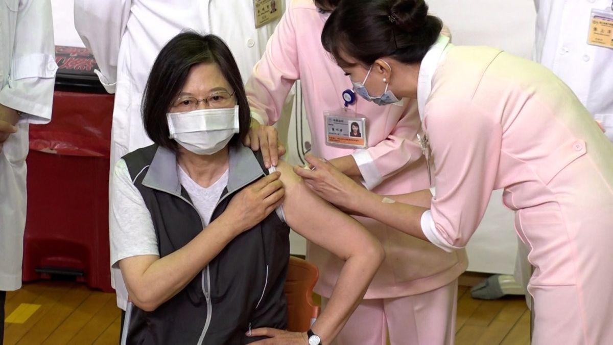 影/蔡英文順利接種第二劑高端疫苗 手持小黃卡開心拍照