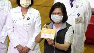 ▲總統蔡英文施打高端疫苗第二劑後,與小黃卡合照。(圖/記者朱永強攝影,2021.09.30)