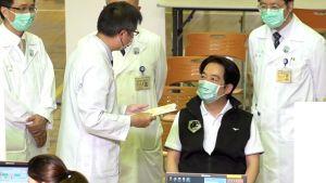 ▲副總統賴清德施打高端疫苗第二劑前,由醫師問診。(圖/記者朱永強攝影,2021.09.30)