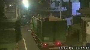 ▲警方擴大調閱附近監視器終於將偷倒垃圾者查緝到案。(圖/大園分局提供)
