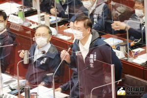▲無黨黨團質詢時,將副市長羅達生(右)、史哲(左)請出議場。(圖/記者鄭婷襄攝,2021.09.30)