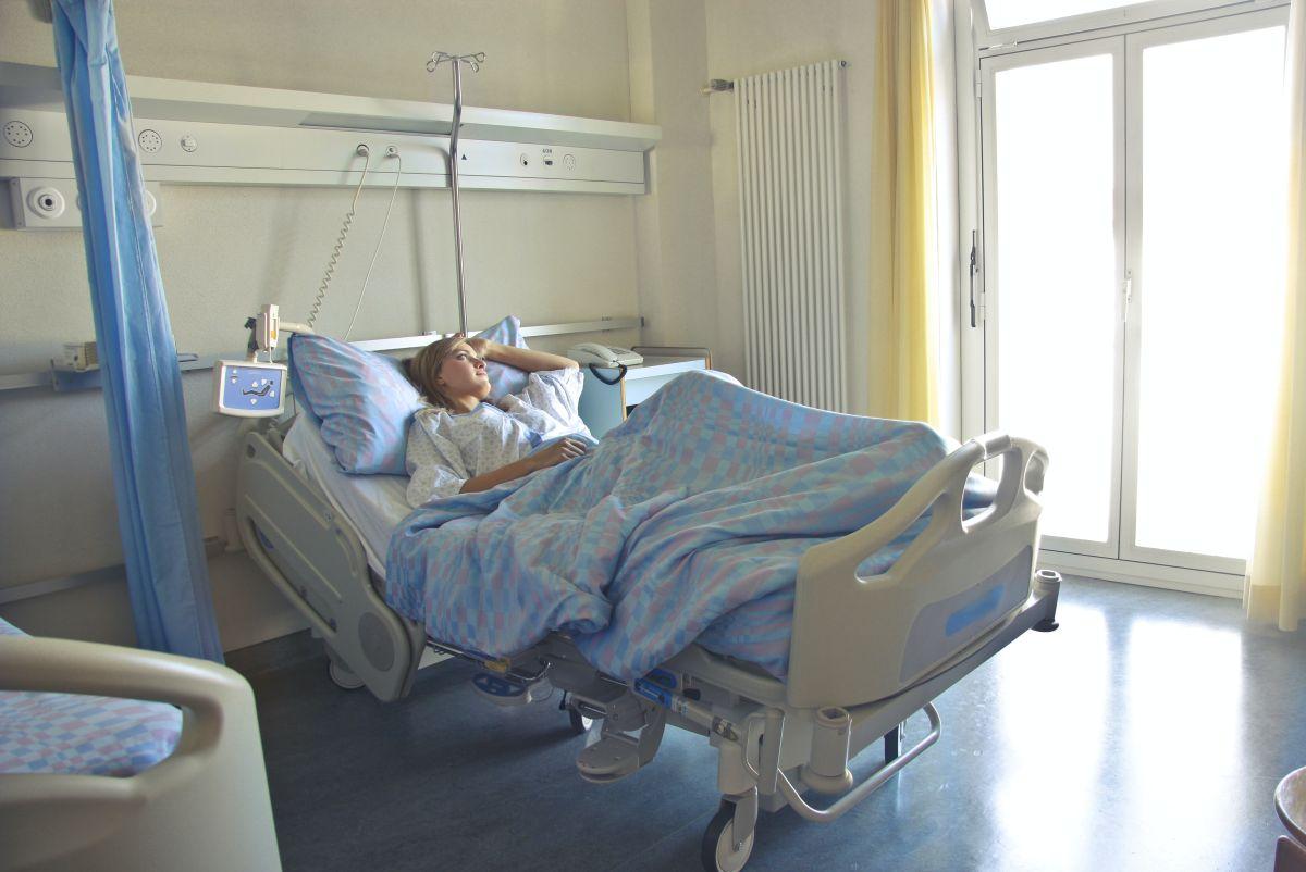 ▲美國疫情嚴重期間,病患無法正常進醫院,醫生被迫改用電話或視訊軟體告訴病人病情。示意圖。(圖/翻攝自pexels)