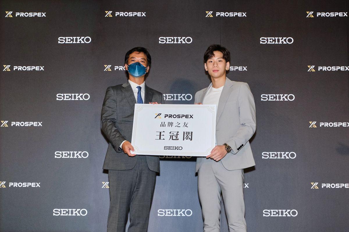 ▲台灣Seiko總經理藤田安城(左)頒發「品牌之友」證書給王冠閎(右)。(圖/官方提供)