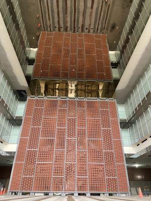 ▲會展中心入口大廳高達13米紅磚牆,與上方玻璃鏡面天花板相互輝映(台南市工務局提供)