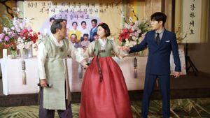 ▲姜世貞(中)為錢與朴仁煥(左)假結婚。(圖/東森)