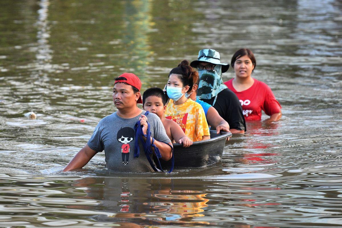 ▲泰國中部、北部和東北部共31個府一週以來受洪患襲擊,已知7人死亡、1人失蹤。(圖/美聯社/達志影像)