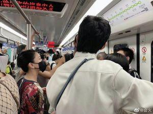 ▲周迅搭地鐵的模樣被網友拍下。(圖/會火微博)
