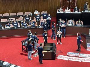 ▲國民黨團推倒備詢台。(圖/記者黃宣尹攝影,2021.10.01)