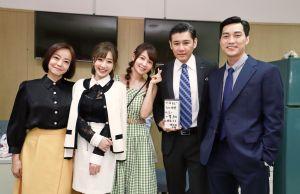 ▲范瑞君(左起)、羅巧倫、謝京穎、陳熙鋒、蔡力允一 起慶生拍照。(圖/民視提供)