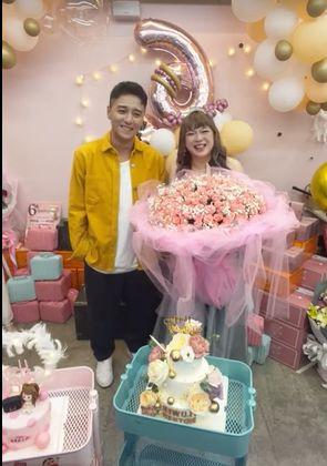 ▲網紅直播主花媽(右)日前慶祝32歲生日,鄭人碩擔任神秘嘉賓送花。(翻攝自花媽粉絲團)