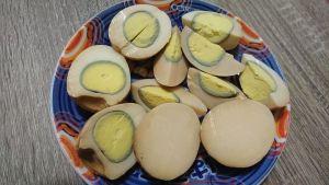 ▲原PO切開一看,發現茶葉蛋裡一片光滑,完全沒有蛋黃,讓他不禁笑說「中大獎了」。(圖/翻攝自《爆廢公社公開版》)