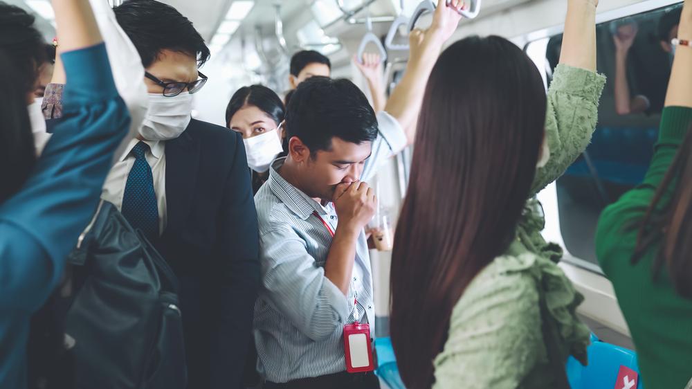▲在公共場所鼻水直流、噴嚏不斷,容易遭人側目超尷尬。(圖/資料照片)
