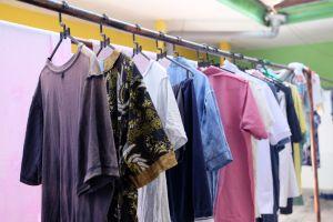 ▲衣服放在陽台不收,增加過敏原孳生及附著機會。(圖/資料照片)