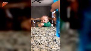 ▲ 屁孩爸爸向無辜的寶貝臉上噴水。(圖/美聯社 AP/Jukin Media)