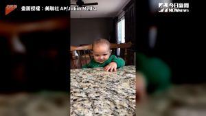 ▲ 寶貝最後的詭異笑容,讓爸爸笑聲戛然而止。(圖/美聯社 AP/Jukin Media)