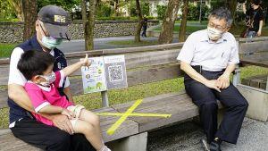 ▲台北市長柯文哲1日下午前往象山公園,視察公園遊具解封狀況。(圖/台北市政府提供)