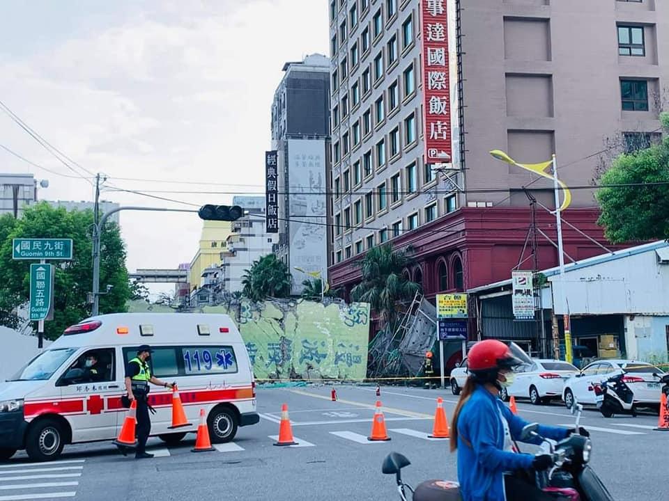 ▲花蓮漫波飯店1日下午倒塌,確定無人傷亡,現場預計明早10點清除完畢。(圖/翻攝自爆料公社)