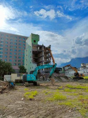 ▲上周民眾拍攝的照片顯示,漫波飯店的拆除工程是由飯店後方往前拆除。(圖/翻攝自臉書花蓮同鄉會)