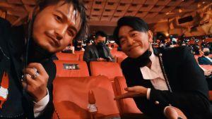 ▲KID(左)和吳宗憲帶著代表小鬼的公仔出席金鐘獎。(圖/翻攝KID臉書)