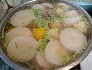 ▲女網友分享燉煮蘿蔔湯的步驟。(圖/翻攝廚藝公社臉書)