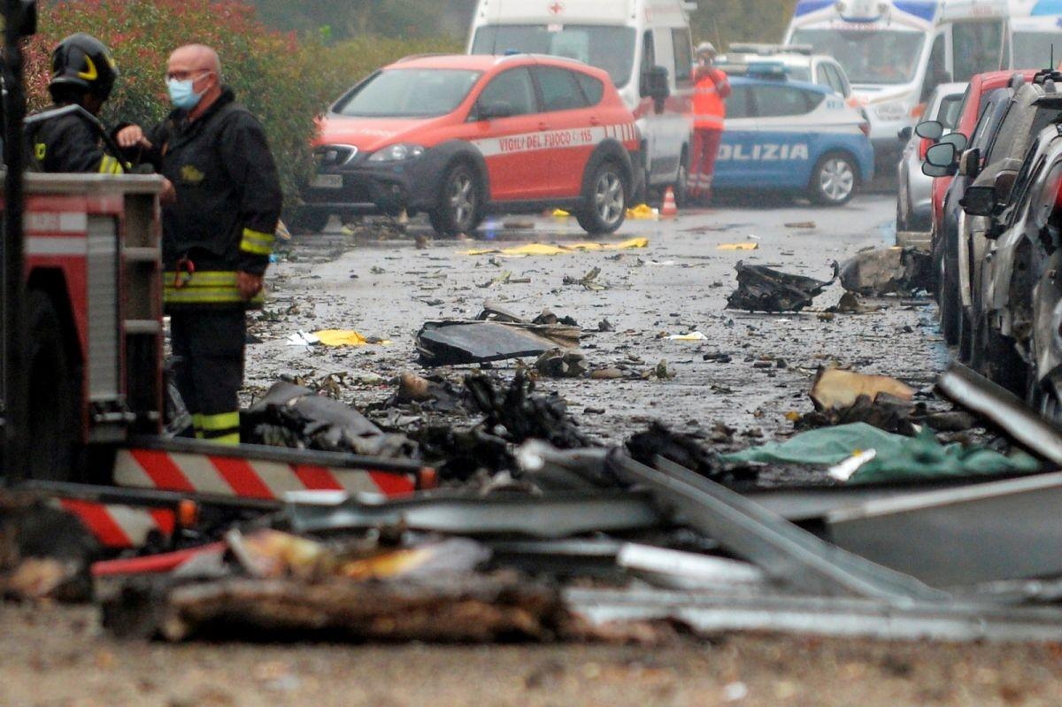 ▲義大利北部大城米蘭市郊3日發生墜機事件。(圖/美聯社/達志影像)