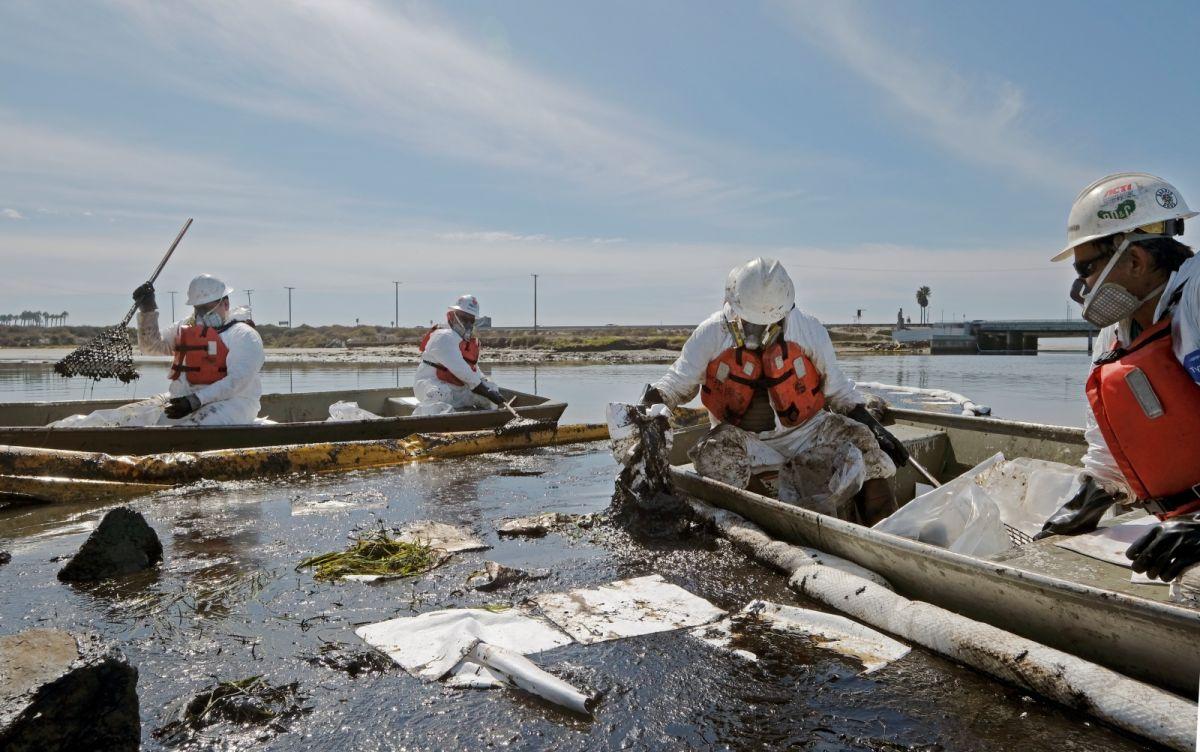 ▲美國加州濱海郡橘郡發生外海大規模漏油事件,造成重大生態衝擊。(圖/美聯社/達志影像)