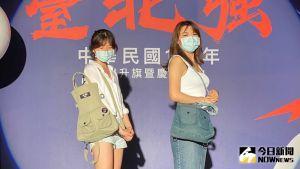 ▲台北市政府今天上午召開記者會,公布第七代嗡嗡包的樣式,一共有卡其綠以及霧灰藍兩種顏色。(圖/記者丁上程攝,2021.10.04)