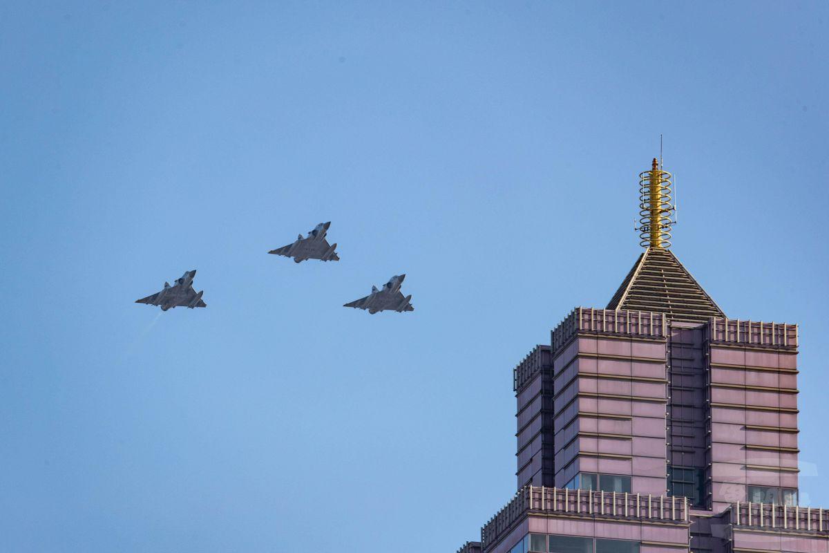 ▲本次國慶展演幻象機隊通過台北高樓畫面。(圖/軍聞社提供)
