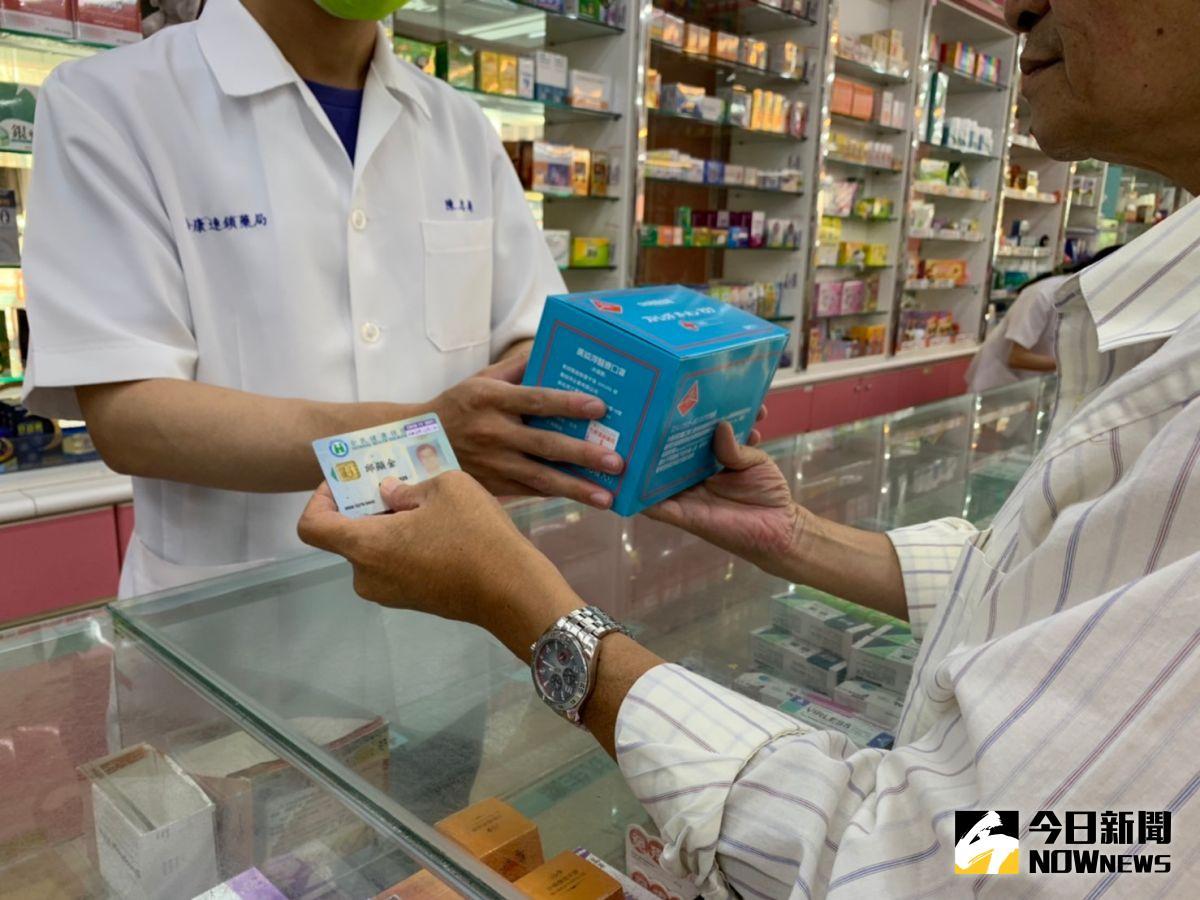 ▲連鎖藥局回饋銀髮族,只要消費不限金額,出示證件就送一盒醫療級口罩。(圖/記者李春台攝,2021.10.05)