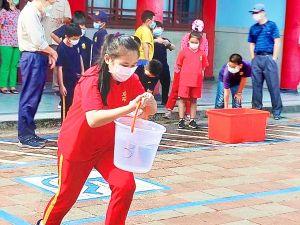 ▲「運水比一比」讓學生在透過遊戲方式,親自取得日常生活所需的部分用水量。(圖/高市府教育局提供)
