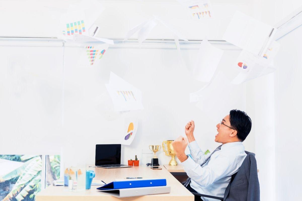 ▲《辦公室瘋雲》裡面沒有正反派,只有被業績壓榨與被迫選邊站的小上班族,必須突破框架創新思考,才有望突破困境反敗為勝。(圖/鏡文學提供)