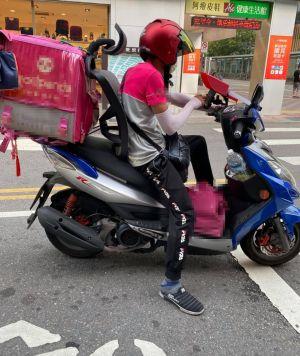 ▲原PO在路上看到有外送員直接將「辦公椅的椅背」裝在機車上。(圖/翻攝自《外送員的奇聞怪事》)
