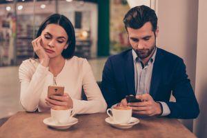 ▲愛與不愛,從來都不是誰能給出保證,人心會變,誰也沒個準,下一刻誰會先變心選擇轉身離去。(圖/Shutterstock)