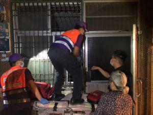 ▲員警隨即到場並與消防人員合力利用氣窗將門鎖解開,順利協助老婦脫困。(圖/大園分局提供)